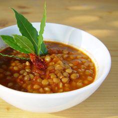 Tip van deVegetariër-redactie: garneer de soep met dunne, in de lengte gesneden bosuitjes, stukjes gerookte- of tamaritofu en/of vermicelli-pasta.    Dit recept is doodeenvoudig, vooral omdat