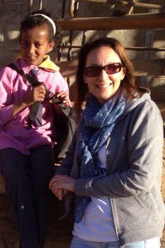 La Dr Nadia Assanta insieme a Lidia. Ha solo 9 anni e ogni giorno percorre a piedi  5 km per raggiungere la scuola!