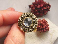 Anello con bottone gioiello d'epoca in metallo di TartinaTwist