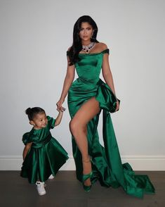 Kylie and Kendall Jenner came to the Kardashian Christmas Eve party dressed in the most glam holiday party ensembles imaginable. Kylie Jenner Outfits, Kylie Jenner Mode, Trajes Kylie Jenner, Looks Kylie Jenner, Estilo Kylie Jenner, Estilo Kardashian, Kyle Jenner, Kardashian Jenner, Kourtney Kardashian