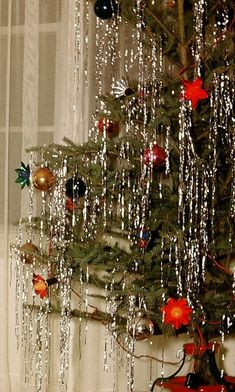 Last Trending Get all images christmas decorations tinsel icicles Viral tinsel tree Tinsel Christmas Tree, Tinsel Tree, Gold Christmas Decorations, Christmas Mood, Retro Christmas, Vintage Decorations, Xmas Trees, Christmas Stuff, Holiday Fun