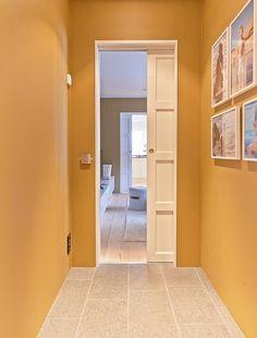 Alvö, massiv skjutdörr i vitlaserad ask | Fore more beautiful interior doors visit us at www.bovalls.com