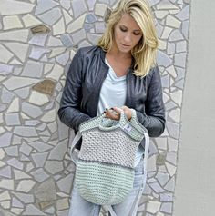 The sophisticated crochet bag is versatile and can be worn over the shoulder or as a handbag. With the instructions of MyBoshi the bag will be crocheted within five hours. Ravelry Crochet, Diy Crochet, Crochet Bags, Crochet Accessories, Vera Bradley Backpack, Shopping Bag, Tote Bag, Knitting, Sewing