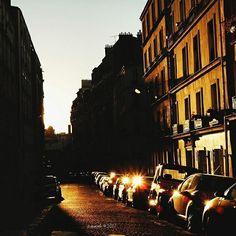 Y hoy os comparto estos vespertinos destellos al más puro estilo @monarevalo_ capturados en la parisina calle de Lamark hace unos cuantos años ya para presentaros la iniciativa de @divertydoo que es bonita a la par que interesante y es que ellos quieren que nos veamos al atardecer y para ello ha inventado el hastag #nosvemosalatardecer que lógicamente consiste en publicar fotos de atardeceres con dicho ht. Te apuntas? Yo no lo dudo con lo que me gustan los atardeceres  #tropoParisino #sunset…