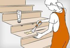 Heimwerkerin bessert Schadstellen an Holztreppe mit Holzreparaturspachtel aus.