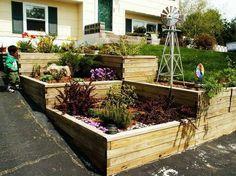 aménagement jardin sur pente à plusieurs terrasses recouvertes de bois