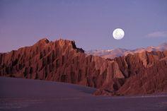 Deserto do Atacama, Chile - No extremo norte do país, cercado de dunas e vulcões emerge o Vale da Lua. E, de fato, parece coisa de outro planeta. Hordas de turistas No fim do dia, algo semelhante a uma romaria de turistas se concentra ali para se despedir do sol e dar as boas-vindas à lua