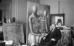 Giorgio de Chirico nel suo studio