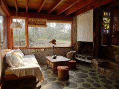 Cabaña Botacana: Cabaña de madera y piedra muy cómoda para 4 o 5 personas. Cuenta con conexión WiFi. Situada en el bosque de Punta del Diablo rodeada de naturaleza.