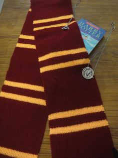 If you can knit a rectangle in rib and change colors, you can easily show off your Harry Potter Fandom with pride! I knit as many as three Harry Potter scarves this year. They make me very very ha… Harry Potter GRYFFINDOR HOUSE SCARF PATTERN Tricot Harry Potter, Harry Potter Scarf Pattern, Harry Potter Cape, Harry Potter Crochet, Knitting Patterns Free, Knit Patterns, Hermione, Crochet Scarves, Knit Crochet
