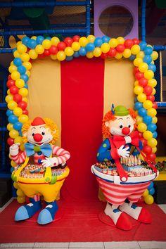 """Essa festinha de aniversário é para encher os olhos meeeeesmo. Nem acreditei quando Roberta Vasconcelos, a Mamãe da Princesa linda que vocês vão ver logo mais, me contou que o … Continue lendo """"Festa: O Mundo Mágico do Circo"""""""