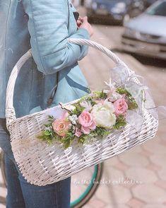 Paper Basket Weaving, Shaby Chic, Angel Crafts, Wedding Table Flowers, Basket Decoration, Cloth Bags, Easter Baskets, Easter Crafts, Floral Arrangements