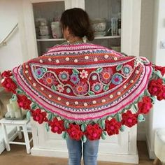Mijn lieve vriendin Richelle met #gehaakte #blije #stola ......#haakgeluk #hakenisleuk #hakeniscool #hakeniship #crochethappiness #crochetdesign #happycollors #flowers #flowerpower. #bohemian #hippychic