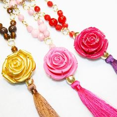 Collares con rosas y pompones.