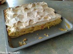 Rhubarb cake with meringue topping - recipe - Image No. 2 - Back it - Kuchen Bilder Delicious Cake Recipes, Easy Cake Recipes, Yummy Cakes, Baking Recipes, Honey Cake Recipe Easy, Honey Bun Cake, Meringue Topping Recipe, Russian Honey Cake, Rhubarb Cake