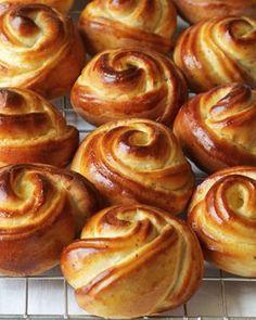 Roser er røde, fioler er blå, druer er søte -  disse bollene å' ❤  Barneskole-poeten i meg våknet da jeg plutselig så på kalenderen og fant ut det bare var to dager til hjertedagen. En dag vi jo slettes ikke gidder å feire. Eller? Valentinsdag eller ei, en bukett bolleroser med vaniljekrem er vel ikke å forakte?  Du finner oppskrift på krem.no 🌹  #bolleroser #sweetbun #kremno Milk Bread Recipe, Bread Recipes, I Love Food, Good Food, Yummy Food, Bread Shaping, Homemade Dinner Rolls, Norwegian Food, Sweet Bakery