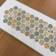 New Modern Hexagon Quilting Table Runners Ideas Fabric Advent Calendar, Quilted Table Runners, Quilt Stitching, Quilted Wall Hangings, English Paper Piecing, Small Quilts, Gifts For Mum, Table Toppers, Hexagon Quilting