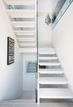 Guide til fornyelse og oppussing av trapp - viivilla. Stairs, Interior, Home Decor, Google, Diy, Italia, Modern, Stairway, Decoration Home