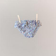 Maillot de bain à volant Liberty fille bleu Pyla. A partir de 19,90€ sur le site web  http://www.unesourisaparis.com/