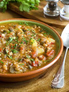 La Zuppa con cannellini champignon e farro è una minestra consistente e ricca che può fare tranquillamente da piatto unico, con pane tostato!