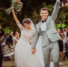 Noivos felizes acabando de realizar o sonho de casar!👰💒  www.quemcasaquerdicas.com | www.guiaqcqd.com      📷Brenda Sangri