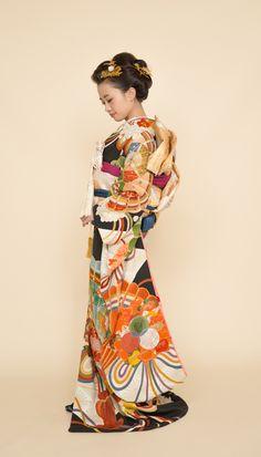 アンティーク引き振袖『祝扇』 引き振袖は筥迫や、懐剣、抱え帯などの小物あわせが楽しいお着物です。 お一人、おひとりに合わせたコーディネートをご提案いたします。 【縁-enishi-】 Japanese Costume, Japanese Kimono, Japanese Outfits, Japanese Fashion, Traditional Fashion, Traditional Outfits, Geisha, Long Sleeve Kimono, Wedding Kimono
