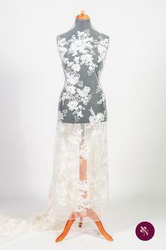 Dantelă mireasă ivoire pe bază din tulle moale și elastic, de aceeași nuanță. Dantelă cu design floral desfășurat pe toată suprafața materialului. Modelul dantelei este realizat cu fir lucios ivoire și este accesorizat cu paiete translucide. Dantela se pretează în special rochiilor de mireasă dar poate fi utilizată și pentru accesorizarea altor tipuri de ținute. Lace Skirt, Formal Dresses, Skirts, Model, Fashion, Dresses For Formal, Moda, Formal Gowns, Skirt
