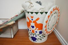 Here's a beautiful way to spruce up a plain trash can for your home. With a stencil and some paint you can bring a lot of colour and style to your kitchen!