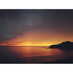 【k.u_love.25m】さんのInstagramをピンしています。 《今日の夕方 雨が降ってましたが雲の合間から夕日が 見えました! 夕日が沈んだ後の空が赤くキレイでした!  #夕暮れ #マジックアワー #トワイライト  #海 #水平線 #雲 #雨 #空 #雨雲 #sky #horizon #clouds #rainday #sea #sunset #magichour #twilight》
