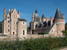 Discover the world through photos. Castle Ruins, Castle House, Palaces, Places Around The World, Around The Worlds, Loire Valley, French Castles, France 2, Beaux Villages