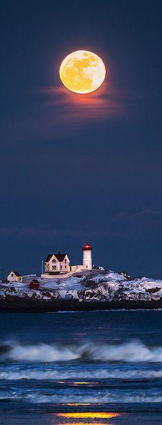 Full moon, Nuble Lighthouse, Maine, USA