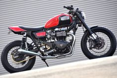Richard Pollock, the acknowledged king of street trackers, likes to cook up something different every now and then. Like this high-powered Triumph cafe.
