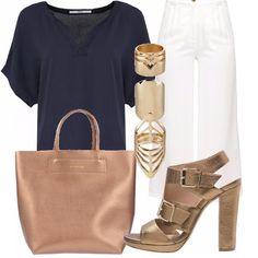 Outfit+semplice+con+blusa+in+collo+a+V+maniche+corte+di+color+blu+navy+con+pantaloni+larghi+e+cavallo+alto,+in+color+bianco.+Sandali+con+piccolo+plateau+color+peltro/bronzo.+Borsa+shopper+peltro+finisce+questo+look,+insieme+a+completo+di+anelli.