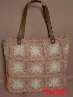 ピンクのお花モチーフを繋げたトートバッグです♪中袋はオレンジに白のドット柄の木綿布使用。スマホも入る大きさのポケットが2つ。開閉はマグネットです。●サイズ幅:...|ハンドメイド、手作り、手仕事品の通販・販売・購入ならCreema。