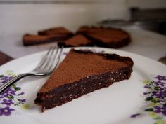petite kitchen: raw chocolate torte 14 medjool dates, pitted 1 cup ground almonds 6 tbsp cocoa, plus a little extra for dusting 5 tbsp melted cocoa butter (you can also use coconut oil or butter) 1 tsp pure vanilla extract a pinch of sea salt Raw Chocolate Cake, Chocolate Puro, Bakery Recipes, Raw Food Recipes, Dessert Recipes, Kitchen Recipes, Free Recipes, Healthy Recipes, Raw Desserts