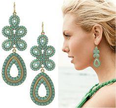 Ohrringe mit Perlen geschmückt