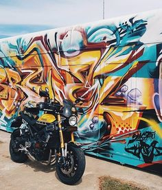 When your bike coordinates with the mural it's hard not to take a shot!  Credit: @imsoonkianyong Yamaha XSR900 Featuring the Dark Tint Marling Flyscreen SHOP LINK IN PROFILE #xsr900  #yamahaxsr900 #motolife #caferacerxxx  #xsr900yamaha #caferacer #windshield #flyscreen #dartflyscreen  #fortheopenroad