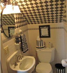 bajos de las escaleras,un baño pequeño,duchas y espejos,dentro de un baño pequeño,sobrecargar un baño pequeño