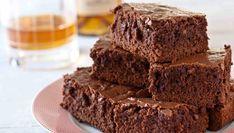 Negresa cu gem este o rețetă de prăjitură delicioasă, ideală pentru persoanele care adoră aroma intensă de ciocolată și rom, în compoziția căreia intră și gemul preferat.