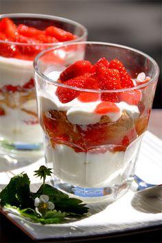 Une envie de fraises ça ne se refuse pas ? Voici un dessert rapide, facile à préparer et qui fait toujours son effet à chaque fois qu'on le sert… Verrines gourmandes aux fraises et spéculos Temps de préparation : Ingrédients pour 2 verres gourmands 250...