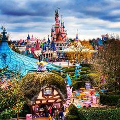 Fantasyland and the Sleeping Beauty Castle in Disneyland Paris DLP 'Le Château de la Belle au Bois Dormant' Viaje A Disneyland Paris, Disneyland Trip, Disney Parks, Walt Disney World, Disney Pixar, Disney Cruise, Disney Love, Disney Magic, Shanghai Disney Resort