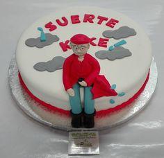 Despedida a su jefe que lo trasladan a …Galicia! Por dentro esta tarta lleva esponjoso bizcocho de vainilla relleno de crema de vainilla y café. Bañada en almíbar con café. ¡Exquisita! ¿Quieres sorprender con una tarta en fondant con un diseño personalizado? ¡Llámanos y haremos que esa tarta sea su mejor regalo, tenemos el mejor precio de Málaga!  ¡Llámanos al 616849394 o visítanos  en nuestro local de Paseo de Sancha 10, Málaga! www.tartasmalaga.net