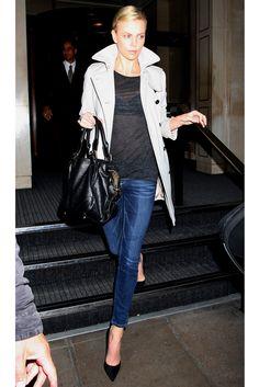 Siempre elegante, Charlize Theron sabe cómo añadir una nota de sofisticación a su día a día. Actualiza el básico (vaquero+trench) con salones de punta que estilizan, aún más, su figura.