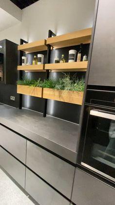 eine echte Familienküche, in der sich Alt und Jung wohlfühlen. Source by Tidy Kitchen, Kitchen Room Design, Modern Kitchen Design, Home Decor Kitchen, Kitchen Furniture, Kitchen Countertops, Kitchen Cabinets, Kitchen Peninsula, Modern Kitchen Interiors