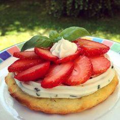 Une pâte sablée, du mascarpone monté en chantilly, des fraises ... et une touche de basilic pour relever le tout.