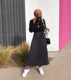 modest fashion Modest look, jupe plisse noire tendance Modern Hijab Fashion, Street Hijab Fashion, Hijab Fashion Inspiration, Muslim Fashion, Modest Fashion, Look Fashion, Fashion Outfits, Fashion Design, Fashion Trends