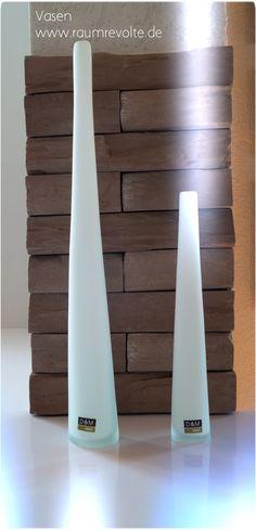 Schlank, grazil, weiß... diese Glasvasen zieren auch die kleinste Fläche. In verschiedenen Größen erhältlich.