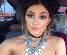 I'm LOVE this makeup look on her neutral tones and lots of lashes!!!!