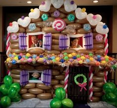 Incredible... a whole Gingerbread House made of balloons. I wonder what happens if you take a bite? ;-) #Christmas #gingerbread #balloons