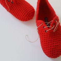 Crochet Slippers Unisex Lace up style slippers par WhiteNoiseMaker